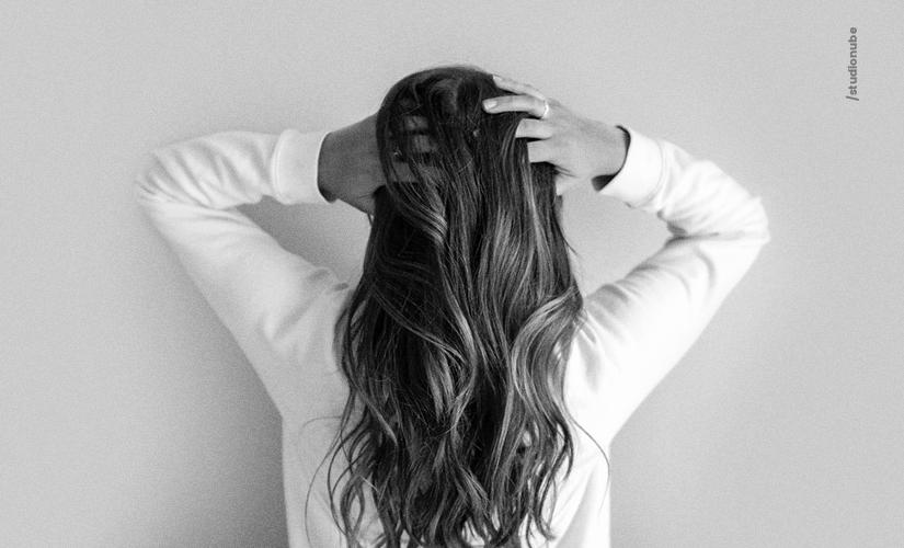 Você sabia que spray de cabelo pode causar danos aos ouvidos?