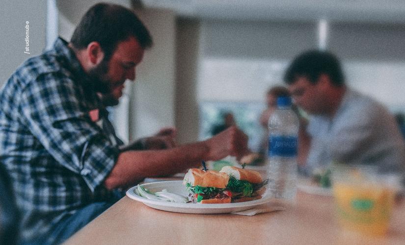 Conheça hábitos alimentares que podem afetar a audição